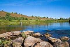 与河的美好的横向 钓鱼在一个农村地点 免版税库存图片
