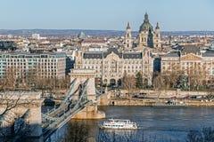 与河的都市风景在布达佩斯 免版税库存图片
