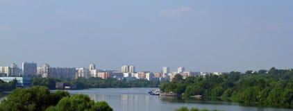与河的都市lansscape 免版税库存图片
