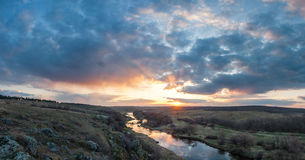 与河的风景在小山之间 图库摄影