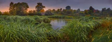 与河的风景在早期的秋天 免版税库存图片