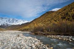 与河Enguri, Svaneti乔治亚的山风景 图库摄影