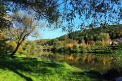 与河Sazava的五颜六色的秋天风景 免版税库存照片
