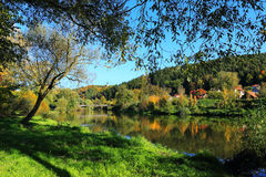 与河Sazava,捷克的五颜六色的秋天风景 免版税库存图片
