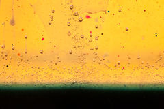 与油、水和墨水的混合的抽象构成与泡影 库存图片