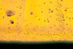 与油、水和墨水的混合的抽象构成与泡影 免版税库存图片