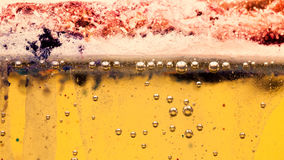 与油、水和墨水的混合的抽象构成与泡影 图库摄影