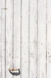 与油漆切削的和削皮的被风化的白色木门 图库摄影