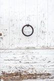 与油漆切削的和削皮的被风化的白色木门 库存照片