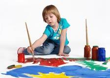与油漆刷和五颜六色的油漆的逗人喜爱的小的小孩儿童绘画 库存图片