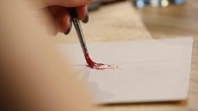 与油漆刷特写镜头的艺术家绘画 免版税库存照片