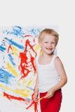 与油漆刷的美好的男孩绘画在帆布 教育 创造性 免版税库存图片