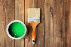 与油漆和刷子的锡罐 免版税库存照片