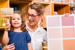 与油漆样品卡片的家庭 免版税库存图片