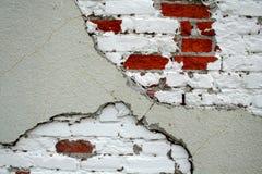 与油漆的显示的砖墙 免版税库存图片
