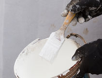 与油漆锡的白色画笔 免版税库存照片