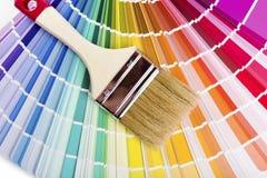 与油漆颜色样品和刷子的编目 库存照片