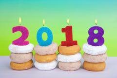 与油炸圈饼的新年快乐2018年 库存照片