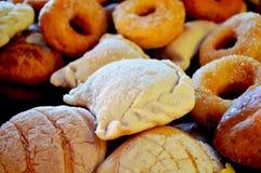 与油炸圈饼的甜面包 图库摄影