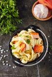 与油煎的三文鱼内圆角的自创意大利人Tagliatelle面团 库存图片