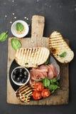 与油煎的乳酪haloumi,橄榄, bruschetta,蕃茄,橄榄,松果,橄榄油,蜂蜜的开胃快餐和 图库摄影