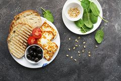 与油煎的乳酪haloumi,橄榄, bruschetta,蕃茄,橄榄,松果,橄榄油,蜂蜜的开胃快餐和 库存图片