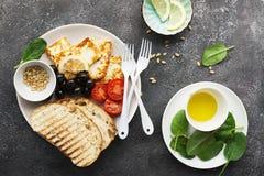与油煎的乳酪haloumi,橄榄, bruschetta,蕃茄,橄榄,松果,橄榄油,蜂蜜的开胃快餐和 免版税库存图片
