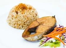 与油煎的大鲭鱼鱼的蒸的米大蒜 免版税图库摄影