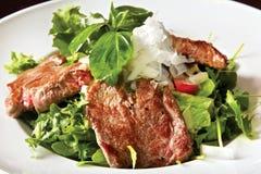 与油煎的小牛肉内圆角和蘑菇的沙拉 库存图片