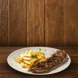 与油煎的法语的肋骨条纹 肋骨牛排是从肋骨切的牛排最初牛肉动物,当肋骨骨头附上 库存图片