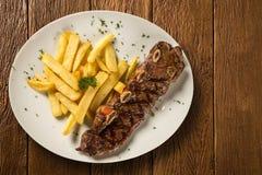 与油煎的法语的肋骨条纹 肋骨牛排是从肋骨切的牛排最初牛肉动物,当肋骨骨头附上 免版税库存图片