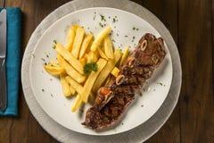 与油煎的法语的肋骨条纹 肋骨牛排是从肋骨切的牛排最初牛肉动物,当肋骨骨头附上 库存照片