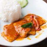 与油煎的猪肉咖喱酱的米 免版税库存图片