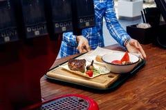 与油煎的菜和乳酪蛋糕的服务的水多的烤牛排 免版税库存照片