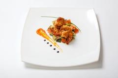 与油煎的菜的油煎的虾在一块白色板材 库存图片