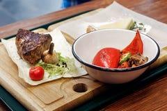 与油煎的菜的水多的烤牛排 服务牛排 库存图片