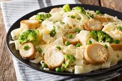 与油煎的蘑菇、乳酪和菜克洛的意大利细面条面团 免版税库存图片