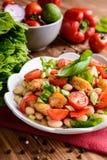 与油煎的鱼、红辣椒、葱和香葱的白豆沙拉 库存照片