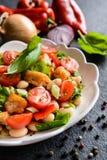 与油煎的鱼、红辣椒、葱和ch的白豆沙拉 图库摄影
