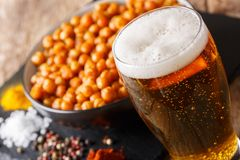 与油煎的鸡豆快餐的低度黄啤酒宏观在桌上 H 库存照片