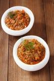 与油的法国茄子茄子鱼子酱在木头的白色碗 免版税库存照片