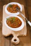 与油的法国茄子茄子鱼子酱在木头的白色碗 免版税库存图片