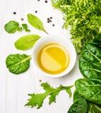 与油的绿色草本沙拉在白色碗 免版税库存照片