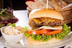 与油菜slaw的乳酪汉堡 免版税库存图片