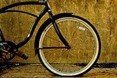 与泄了气的轮胎的黑自行车框架 免版税库存照片
