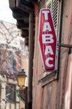 与法国文本tabac的红色tabacco标志,诋毁用烟草英语  免版税库存照片