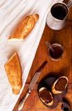 与法国长方形宝石和咖啡的早餐开胃菜 库存图片