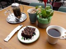 与法语的果仁巧克力按茶和咖啡供食在咖啡馆商店外部庭院  库存照片