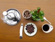 与法语的果仁巧克力按茶和咖啡供食在咖啡馆商店外部庭院  库存图片