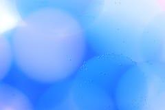 与泡影、果冻球和光的抽象水下的比赛 免版税库存照片